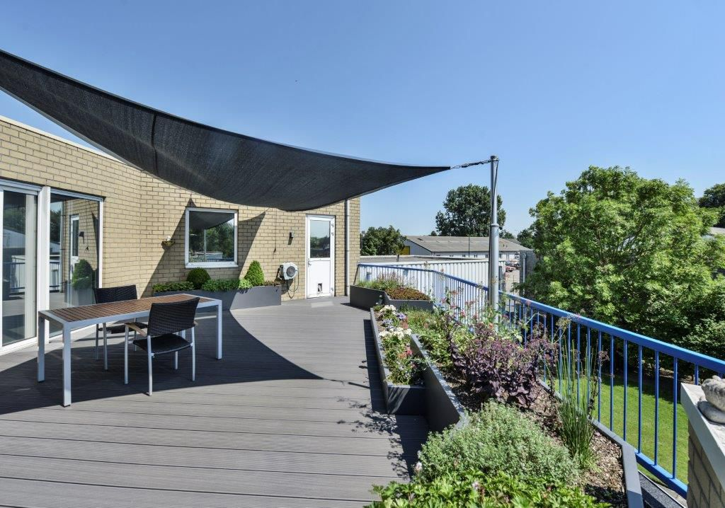 Onderhoudsarm dakterras met kleurrijke plantenborders - Terras zeil ...