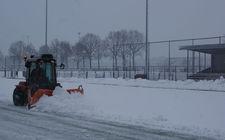 Sneeuw schuiven sportveld