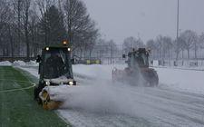 Sneeuw ruimen sportveld