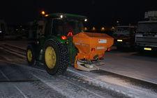 Tractor met zoutstrooier