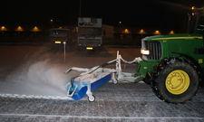 Tractor met veegborstel