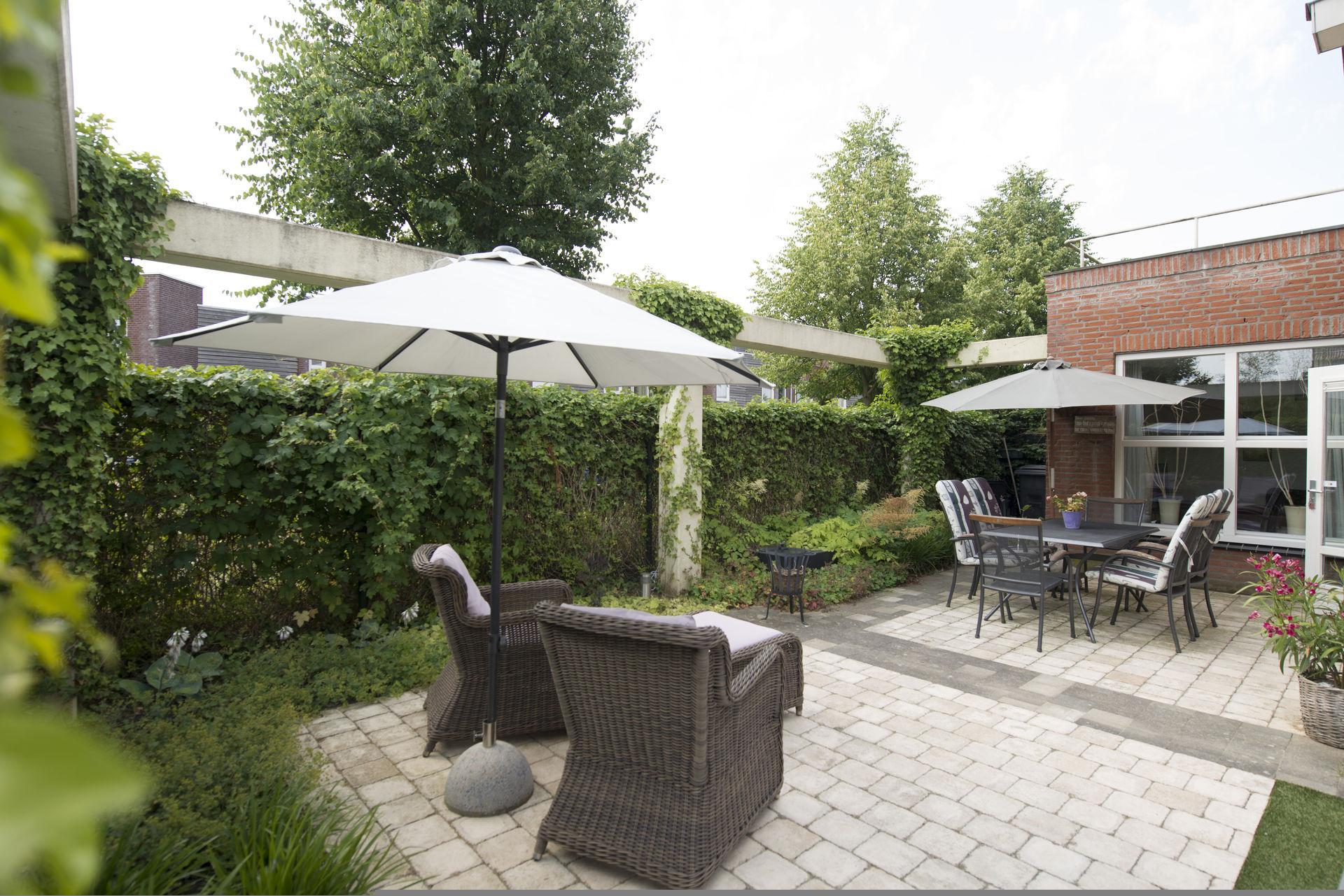 Onderhoudsvriendelijke Tuin Aanleggen : Oprit maakt plaats voor onderhoudsvriendelijke tuin